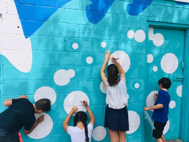 Jeunes qui dessinent une murale